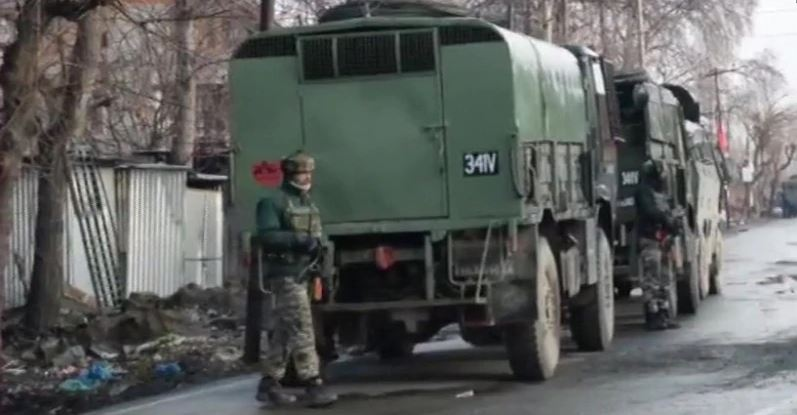 पुलवामा में एक और घटना, सेना और आतंकियों के बीच मुठभेड़ में चार शहीद  [आतंकी छिपे होने की खबर मिलने पर सेना ने इलाका घेर लिया था, एनकाउंटर जारी है.]  https://www.thelallantop.com/news/jammu-kashmir-in-pulwama-army-personnels-including-a-major-killed-in-encounter/…