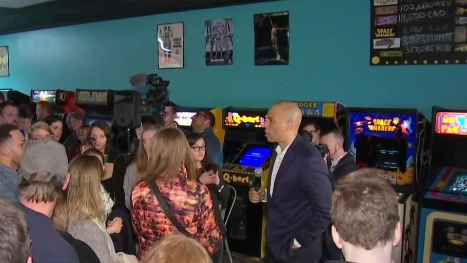 Sen. Cory Booker wraps up weekend of campaigning in New Hampshire with a game of Pac-Man at Manchester arcade.  https://t.co/k7alSvUVMj