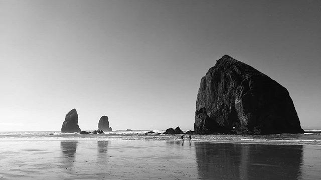 Beach day #oregon #usa . . . . . #cannonbeach #oregoncoast #unitedstates #america #oregonexplored #exploreoregon #traveloregon #beach #coisfarraige #pacificocean #seastacks #bandw #bw #blackandwhite #bwphotography #huaweip20 #snapseed http://bit.ly/2TVcWb4