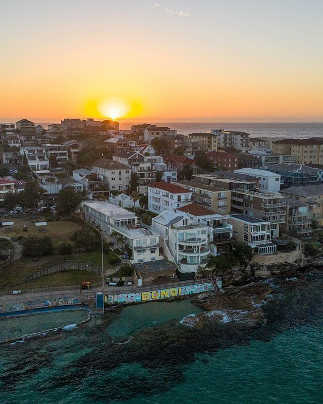 A good thing about jet lag from Hawaii is getting up early early to enjoy the clear sky sunrise over Bondi this morning #50shadesofbondi http://bit.ly/2TWIc9Opic.twitter.com/OAu2owZTs0