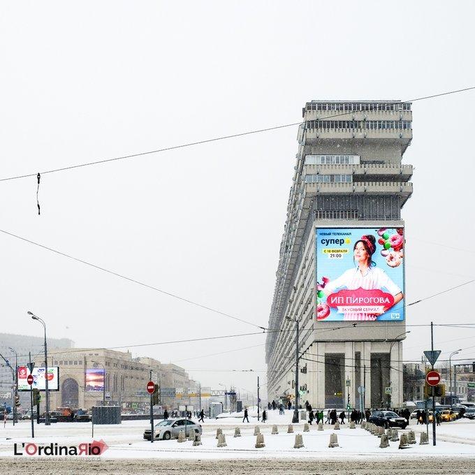 Il brutalismo è uno stile architettonico tipico di tutta l'Europa dell'est. Questo edificio di Mosca viene chiamato amichevolmente Titanic: 400m di cemento con circa 1000 appartamenti e costruito con tecniche antisismiche. #notiziefuoriluogo #intrasferta #lordinariomagazine …