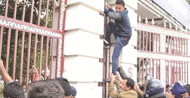 देहरादून में दो इंस्टीट्यूट्स ने लिखित में दिया कि कश्मीरियों को एडमिशन नहीं देंगे  [ABVP, VHP और बजरंग दल के दबाव के बाद लिया फैसला.]  https://www.thelallantop.com/news/two-private-institutes-in-dehradun-deny-admission-to-kashmiri-students-from-next-session-after-pressure-from-students-unions/…