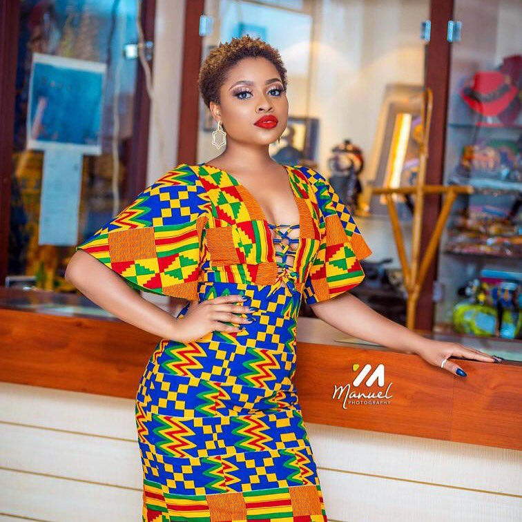 Top of the morning to you all!! May your week be as colorful as this kente print design💋 💐 #onourway #tothetop 📸 @manuelphotography__official