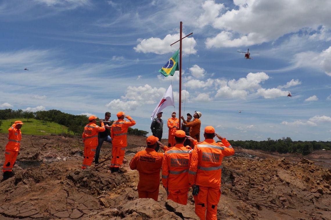 O @minsaude vai acompanhar pelos próximos 20 anos a saúde de mais de mil profissionais envolvidos no resgate e buscas às vítimas do rompimento da barragem em Brumadinho (MG). #AssistênciaÀBrumadinho Fotos: Corpo de Bombeiros Militar/MG