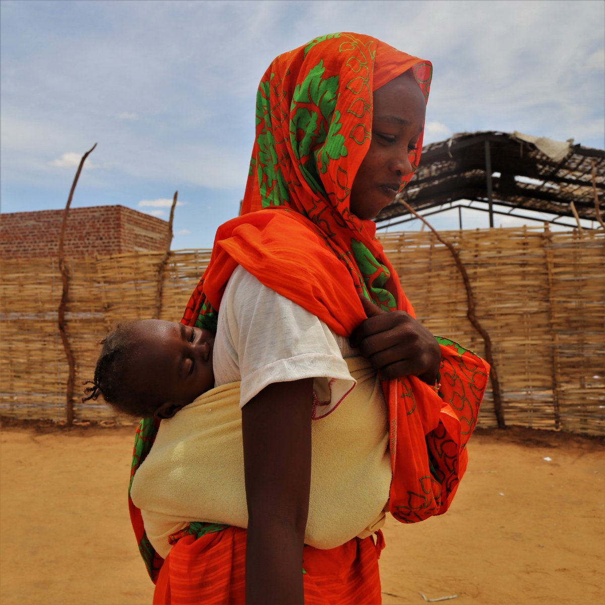 Many people have been living in Otash camp, #Sudan for over a decade, while others arrived last year to escape fighting. Here's what WFP does to support them: 💳 Cash assistance 🌽 Food assistance 🌾 Specialized nutrition for women & children