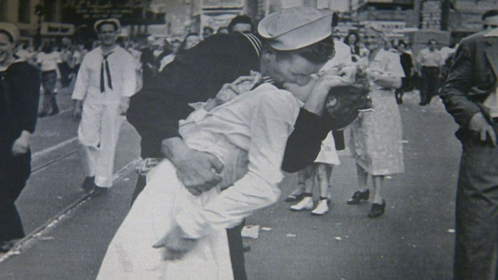 Sailor in iconic V-J Day Times Square kiss photo dies at 95 http://bit.ly/2DVtt8a