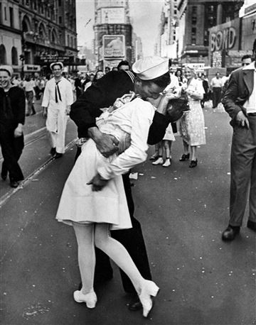 """Navy veteran identified as """"kissing sailor"""" in Times Square photo celebrating end of WWII dies at 95. https://nbcnews.to/2DRxNp0"""