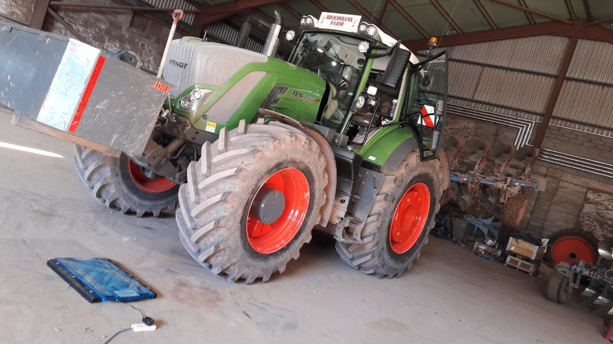 Last week our man in Scotland, Tony Powell, completed a weighing & pressure recommendation session with Davie and Ian at R M Forbes in Drumlithie, on their new @Fendt_UKIreland 939.  Spec'd with #AxioBibs & an on-board CTIS to enable pressures to be changed from 12 psi to 25 psi.