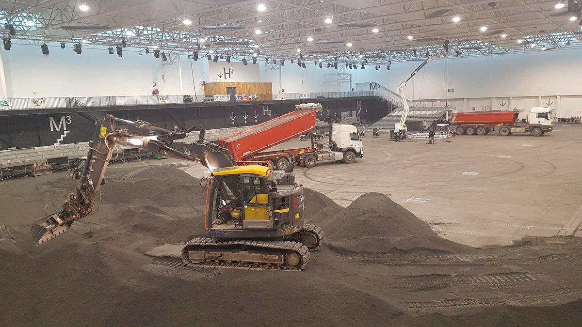 Les premiers camions de sable ont été déversés au #ParcExpoCaen pour le @CaenBMXIndoor. Rdv les 23 & 24 février pour 2 jours de compétitions ! https://t.co/SsAY2fwBgE