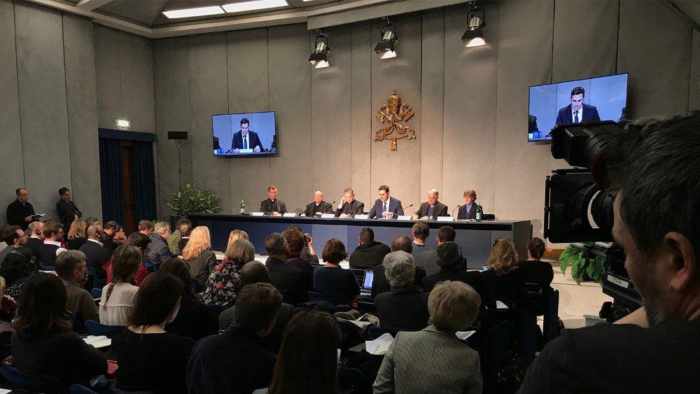 """#PBS2019 . Presentato in Sala Stampa Vaticana l'Incontro su """"La protezione dei minori nella Chiesa"""", che avrà luogo nell'aula nuova del Sinodo, tra il 21 e il 24 febbraio 2019. Charles J. Scicluna: il silenzio non è accettabile.@BishopScicluna"""