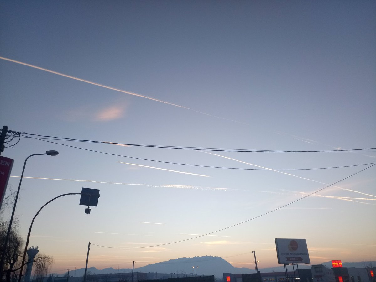 a lotta airplanes flying today