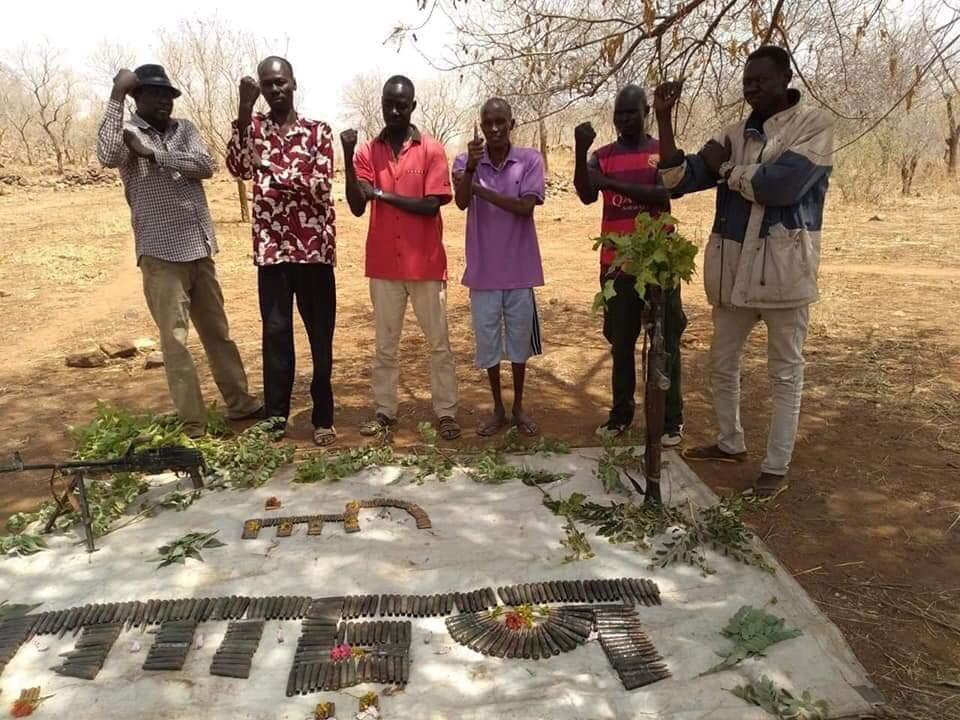 """عبارة """"تسقط بس"""" مكتوبة بفارغ الرصاص والاسلحة النارية التي تضرب في مناطق جبال النوبة، هذه رسالة قاسية للعالم كله، ليشهد على نظام الحرب والقتل والتخويف والدمار الذي ينبغي ان يسقط الآن ..  #مدن_السودان_تنتفض"""