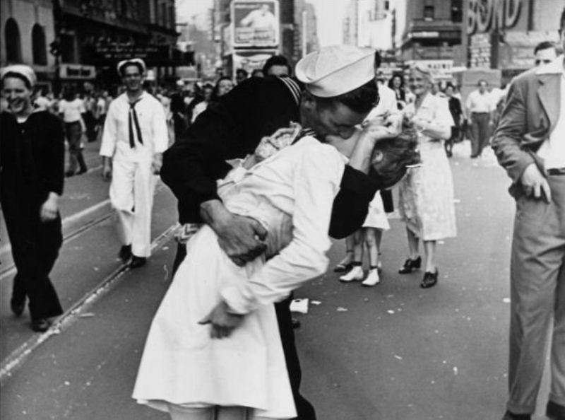 Murió George Mendonsa, el marinero de la icónica foto del beso en Nueva York https://t.co/0Uqv1nyrFH