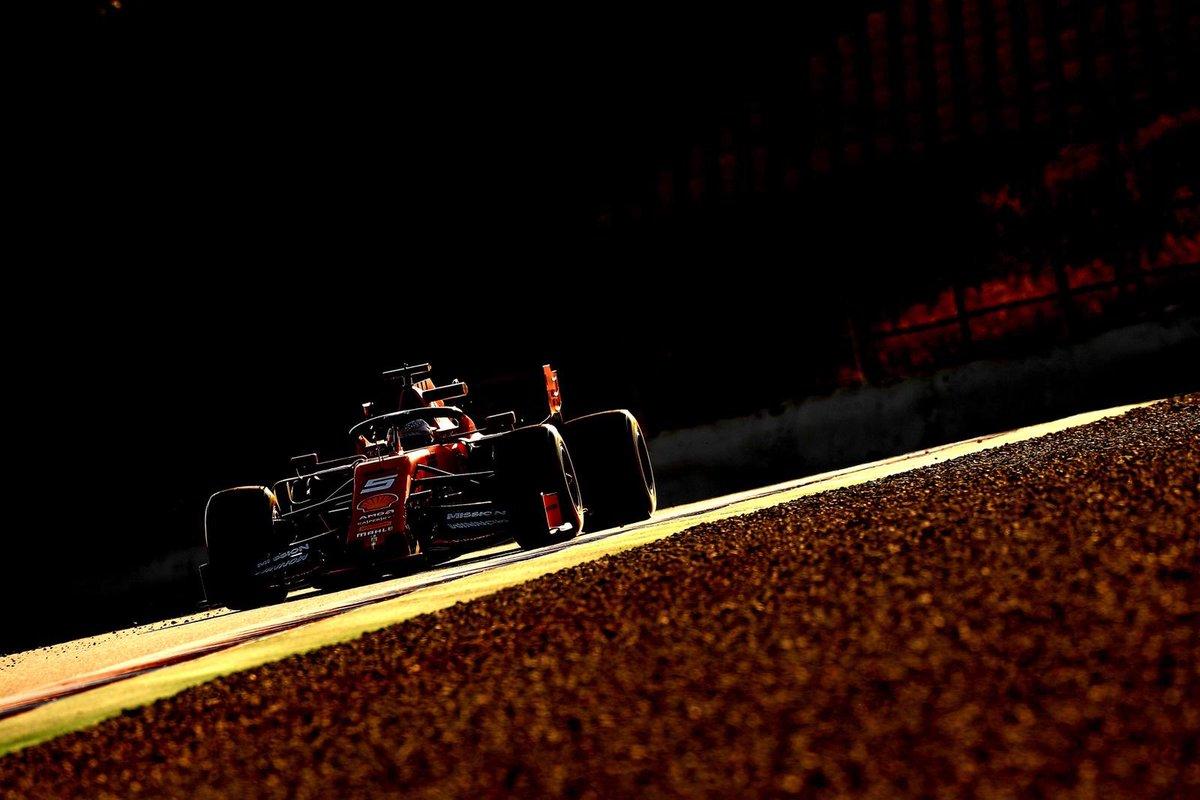 #SebastianVettel coloca a #ScuderiaFerrari na ponta dos testes da #Formula1 no circuito da Catalunya em #Montmeló #MercedesAMGF1 como sempre escondendo o jogo #F1Testing #ForzaFerrari #F1 #Maranello #LaFerrariDellaFerrari #Seb5