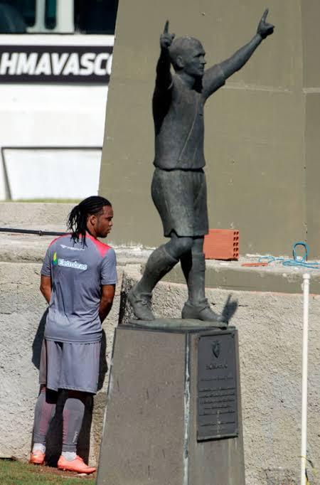 RT @museuvasco: Carlos Alberto urina no muro atrás da estátua de Romário | 21 de Abril de 2012. https://t.co/RCL2M157pf