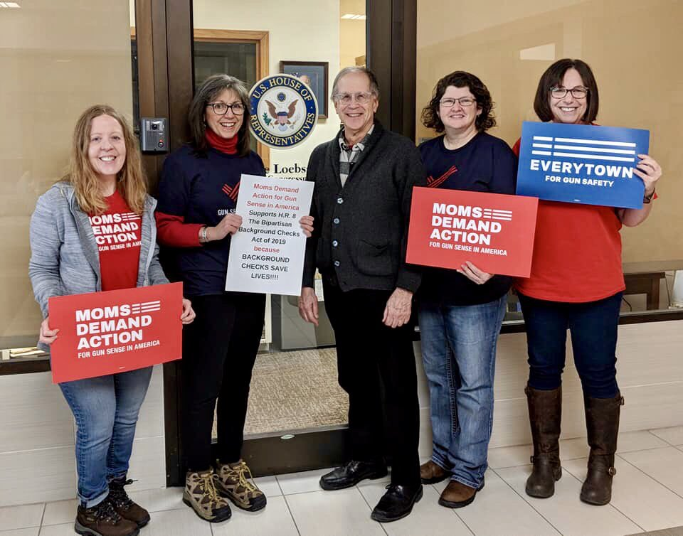 Iowa City ⁦@MomsDemand⁩ dropped by ⁦@daveloebsack⁩'s office to thank him for co-sponsoring #HR8! Urge your representative to #UpdateBackgroundChecks by texting CHECKS to 644-33.