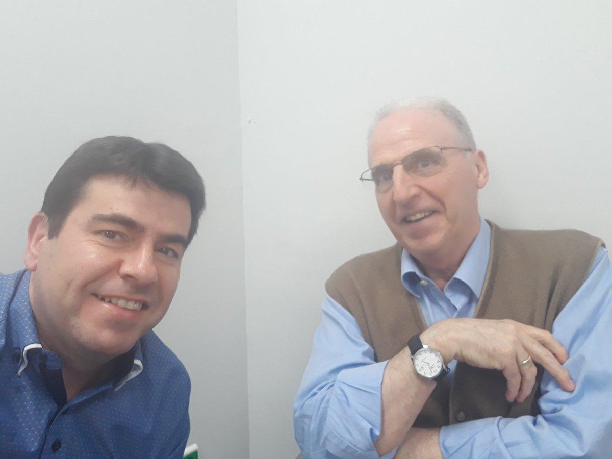 Hoy me encontré en el dentista con Alfonso Azuara. Coincidí en el 96 con él Onda Cero y aprendí mucho a su lado. Me mandaba a hacer fotocopias. Un día estaba yo liado, e inconsciente de mí, le mandé yo a él... Todavía me lo recuerda... Dice  que escucha el @partidazocope siempre.
