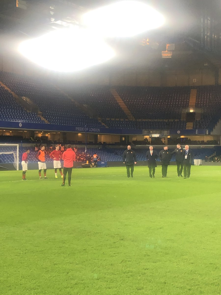 Sir Alex Ferguson walking across the Stamford Bridge pitch, had a brief exchange with Sanchez, McTominay and Dalot as he passed. #mufc