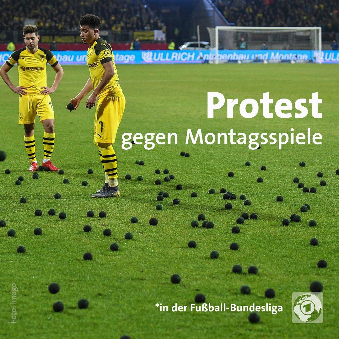 Bei #FCNBVB haben Anhänger des 1. FC Nürnberg #Tennisbälle auf den Rasen geworfen, um gegen die Montagsspiele in der Bundesliga zu demonstrieren. Die Arbeitnehmer-unfreundlichen Ansetzungen sollen ab der Saison 2021/22 abgeschafft werden, das hatte die DFL im November beschlossen