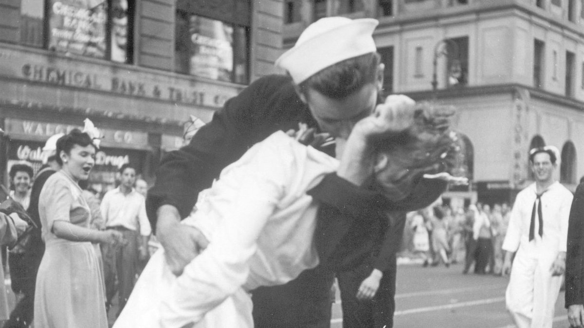 Sailor kissing woman in iconic V-J Day photo at Times Square dies at 95 The man in the iconic photo of an exuberant Navy sailorkissing a womanin New York City's TimesSquare at the end of World War IIhas died.   http://twib.in/l/yMz484La5b4g #USRC