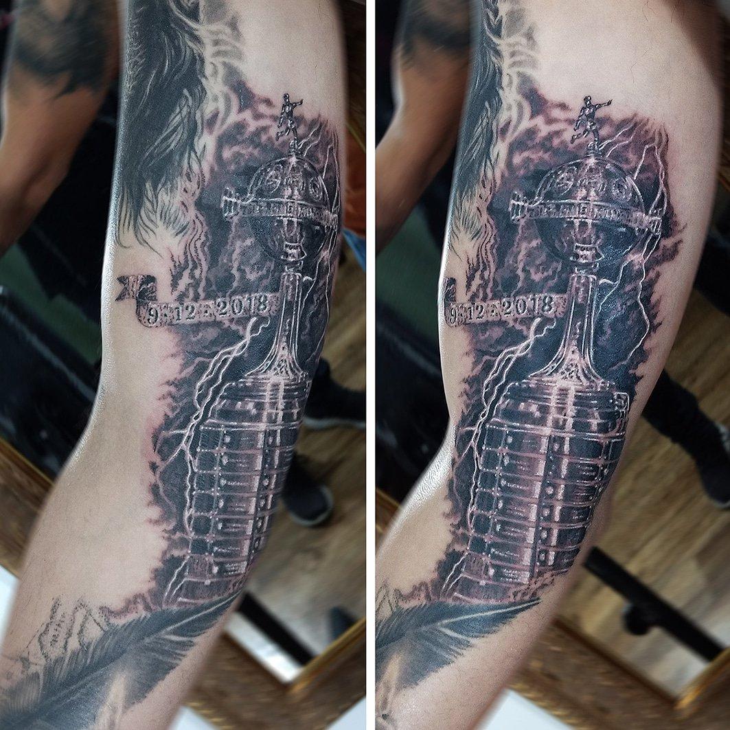 #tattoo realizado en #comogliotattooatelier Continuamos este proyecto de manga en el brazo de Jorge. En esta oportunidad, finalizamos la Libertadores recientemente ganada por River. #libertadores #copalibertadores #riverplate #river #carp #rayos #lightning #nubes #clouds #inked