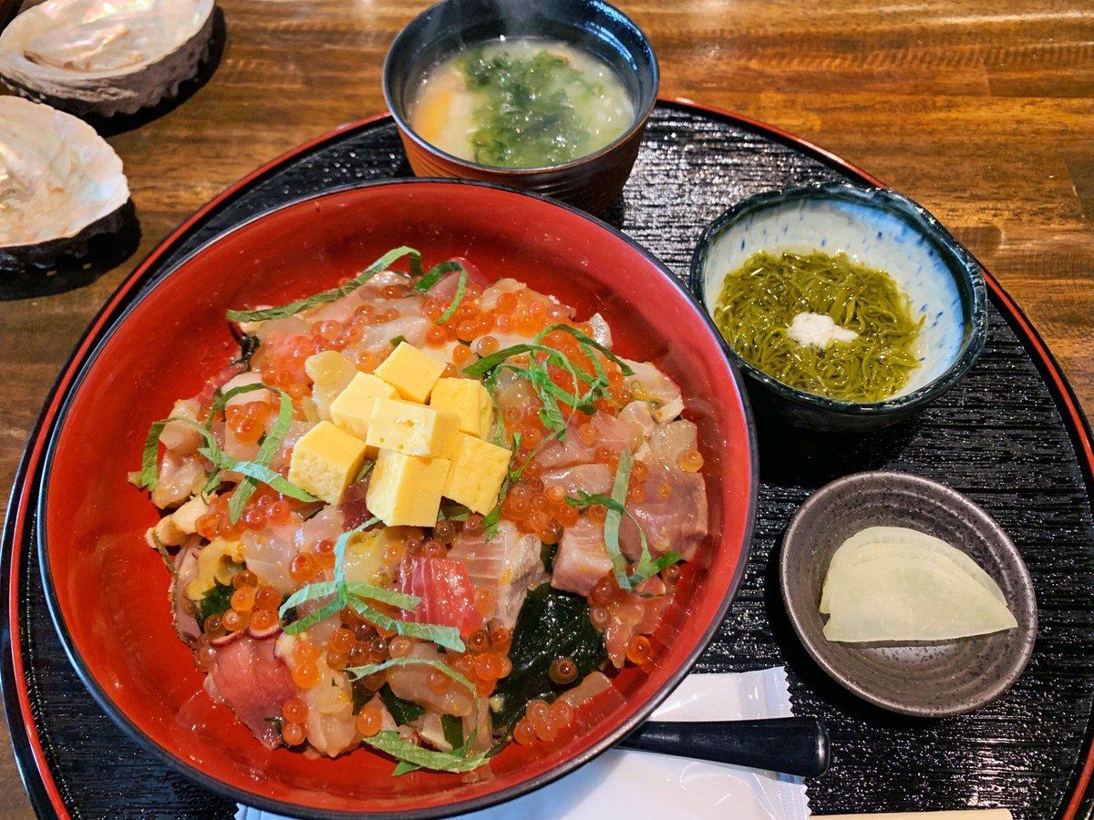 【はまじま】 @大阪:淀屋橋駅から徒歩6分  旬の魚を使用した「漁師の爆弾丼」を食べられるお店。 煌びやかに輝く漬けイクラがちりばめられており、新鮮な海鮮ネタはプリプリな食感🎶 わさび醤油&出汁醤油で味付けがされているので、そのまま食べることが出来ます✨