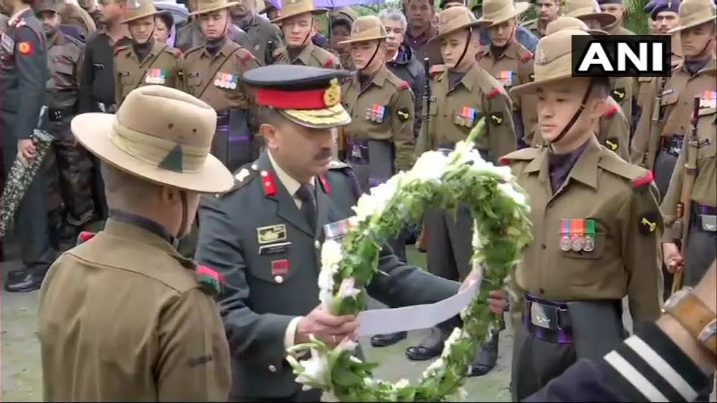 Dehradun: People pay last respects to Major VS Dhoundiyal, who lost his life in an encounter in Pulwama yesterday  #Uttarakhand
