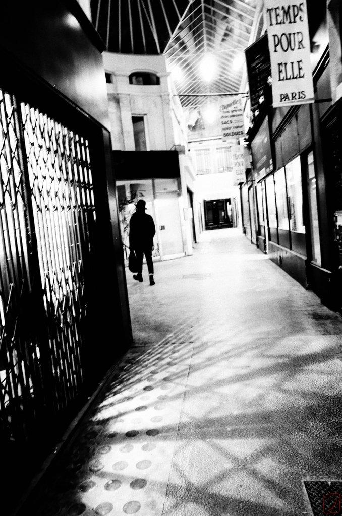 #ricoh #gr2 #monochrome #streetphotography #bw #urbanphotography #cityscape #paris