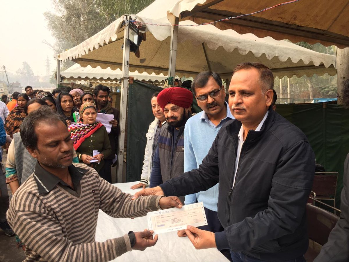 Delhi Home Minister @SatyendarJain  distributed cheques to 200 fire affected families at Bhagat Singh Camp, Paschim Vihar.
