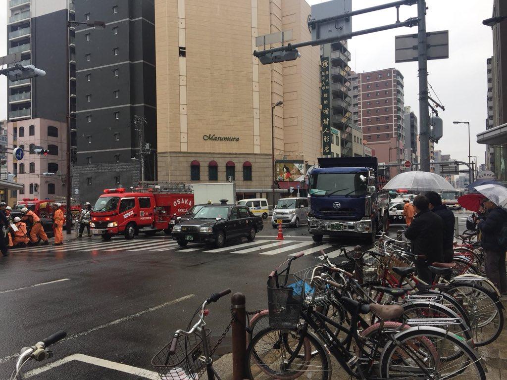 松屋町筋でタクシーとダンプが衝突した事故現場の画像