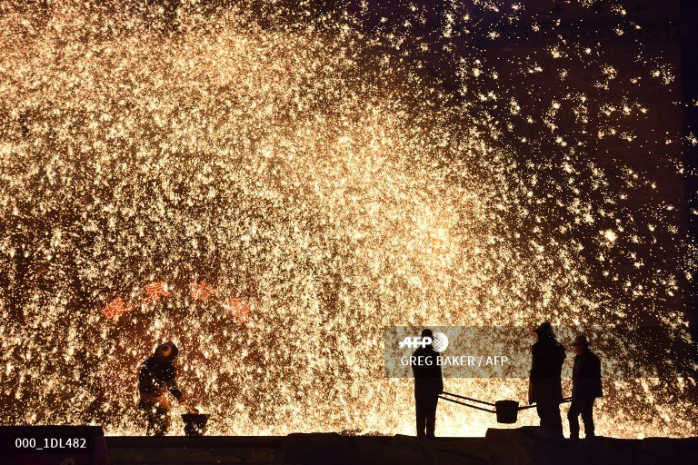 🇨🇳 Blacksmiths keep alive the flame of China's molten steel 'fireworks'  #AFP  https://t.co/Rab7nQXPyL 📸 Greg Baker   More pictures on AFPForum :  https://t.co/EC1lDyCOCL