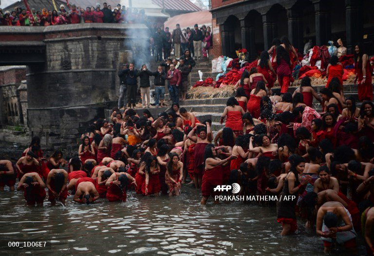 🇳🇵 Hindu devotees take part in a bathing ritual on the last day of the month-long Swasthani Festival in Bhaktapur. #AFP 📸 @PrakashMathema   More pictures on AFPForum :  https://t.co/XhrlVIVaol