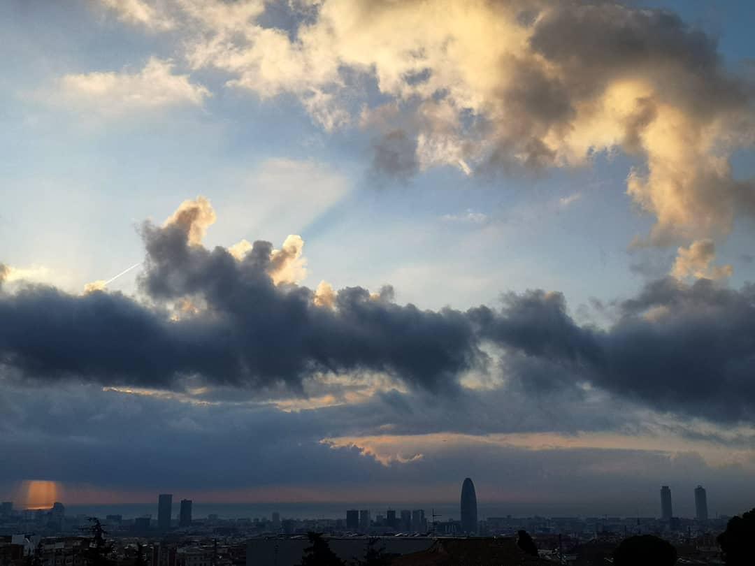 Diario de un amanecer:Día 50 contemplar como amanece, esa rutina casi instintiva, sonreír, cada día una banda sonora diferente, tono diferente, pero siempre con el mismo fin, respirar, levantar la vista y seguir. Café, volumen, al lío #buenosdias  #compartetuamanecer #barcelona