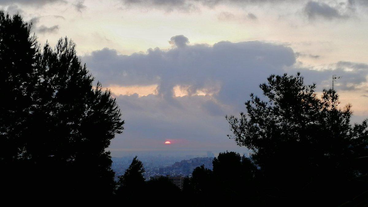 Bon dia, #albada entre abundants nuvolades, amb 9 graus (07:45h) Des de #Montbau #Barcelona #324eltemps #arameteo #meteocat #StormHour #ThePhotoHour #sunrise @SoniaPapell @AlfredRPico @EarthandClouds @StormHour @ThePhotoHour