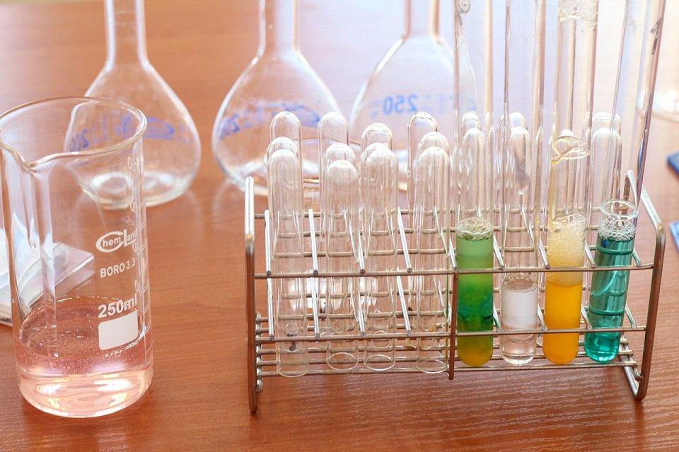 Trwają zapisy do Szkoły Młodego Chemika. To cykl warsztatów chemicznych organizowanych przez Stowarzyszenie Studentów i Absolwentów Wydziału Chemicznego PW KLATRAT ➡️ http://bit.ly/MłodyChemik
