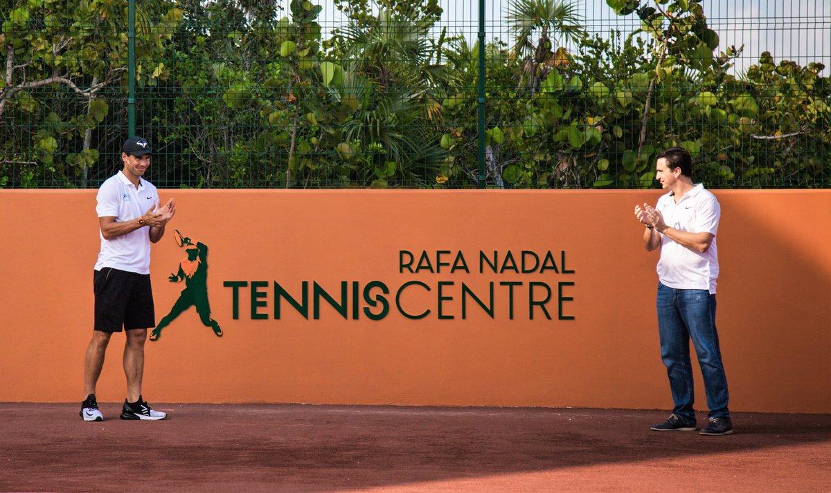 """🎾 Rafa Nadal inaugura en Costa Mujeres el primer """"Rafa Nadal Tennis Centre"""" del mundo. Acompañado de Abel Matutes, CEO de @PalladiumHG, el tenista visitó el complejo deportivo, que cuenta con 8 pistas de tenis, campo de fútbol 7, pista de pádel y museo, entre otros."""