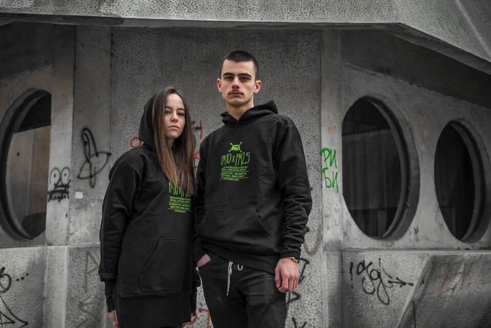"""#celebratelifewear - """"Емоции за еден град"""" - Зелени бели дробови! 2019 #streetstyle #hoodie #allblackoutfit #streetwear #pollution #streets #antifashion #greenlung #city #emotions #skopje #streetsofskopje #streetphotography #streetfashion #activism #unisexclothing #hoodieunisex"""