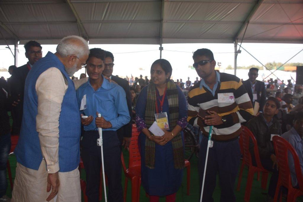 लाभार्थियों के चेहरे खिले ! वाराणसी में आज मा.प्रधानमंत्री श्री नरेन्द्र मोदी जी के द्वारा 350 लाभार्थियों को केन्द्र की एडीप व राष्ट्रीय वयोश्री योजना के अंतर्गत एलिम्को द्वारा निर्मित लगभग ₹60 लाख के सहायक उपकरण वितरित किए साथ ही लाभार्थियों के बीच जाकर उनसे मुलाकात भी की।
