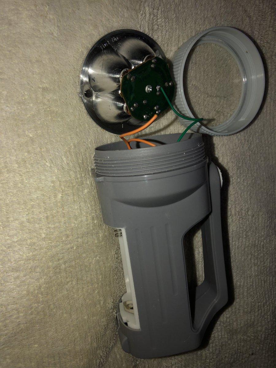 test ツイッターメディア - ダイソーのハンディ5LED懐中電灯。やっぱりハンダ外れてました。リフレクターを換装計画してます。どうしてもパワーLED1発仕様にしたい。  #ダイソー #100均ライト  #100均ライト改造  #100均 #LEDライト改造 https://t.co/Hptqu1RCL9