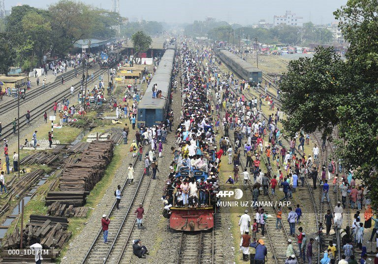 🇧🇩 Muslim devotees arrive and leave by train the Akheri Munajat, or final prayers, at the Biswa Ijtema in Tongi.  @uz_munir