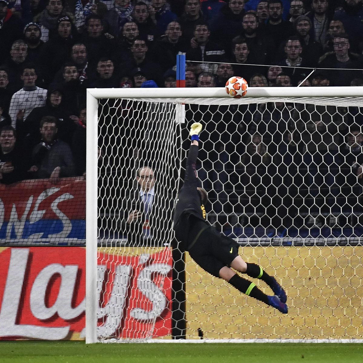 😱😱😱 What. A. Save!!!  Marc-André ter Stegen 👏👏👏  #UCL