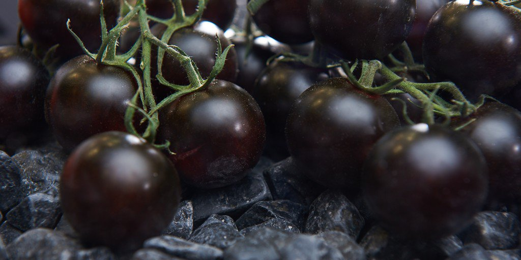 This is definitely not your regular fruit 😉 If these tomatoes could listen to music, they surely would rock to Rammstein  ⚫️ . But despite their dark appearance, those tomatoes have a lovely deep, rich and complex flavour.