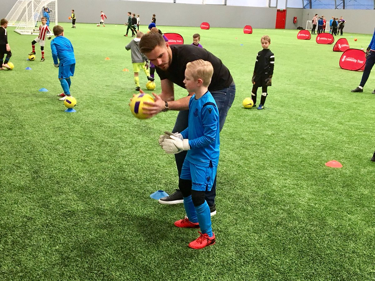 👐 @JackButland_One passing on some valuable coaching tips this afternoon at a sold out goalkeepers Soccer School organised by @StokeCity_CT    🔴#SCFC⚪️
