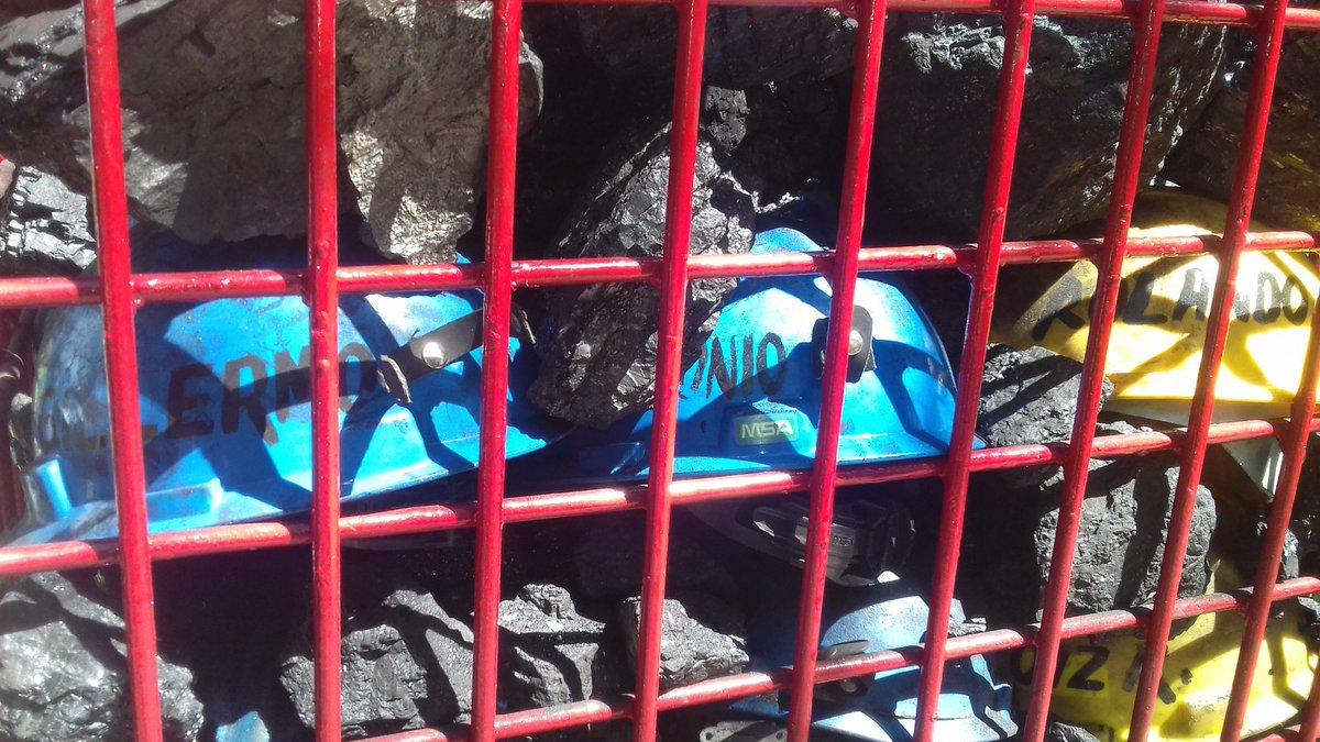 Familias de Pasta de Conchos depositan 63 cascos y carbón en una jaula, que serán retirados conforme se vayan rescatando los cuerpos de los mineros