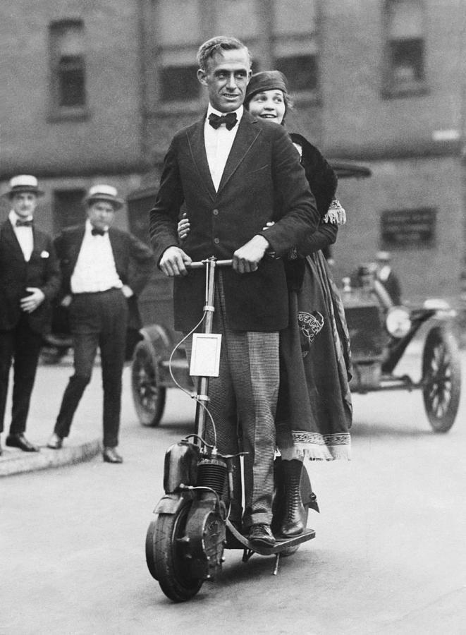 Lady Florence Norman, une suffragette sur sa trottinette  Dzybtp6XgAA34Wc