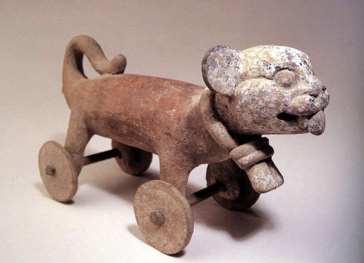 MITO: Los mesoamericsnos no usaban la rueda porque era considerada sagrada🤦🏽♂️ REALIDAD: Usaban la rueda en juguete como este. Como transporte no se uso debido a la orografía de su territorio, a la abundante mano de obra y a que no había animales de tiro en Mesoamérica  #RT