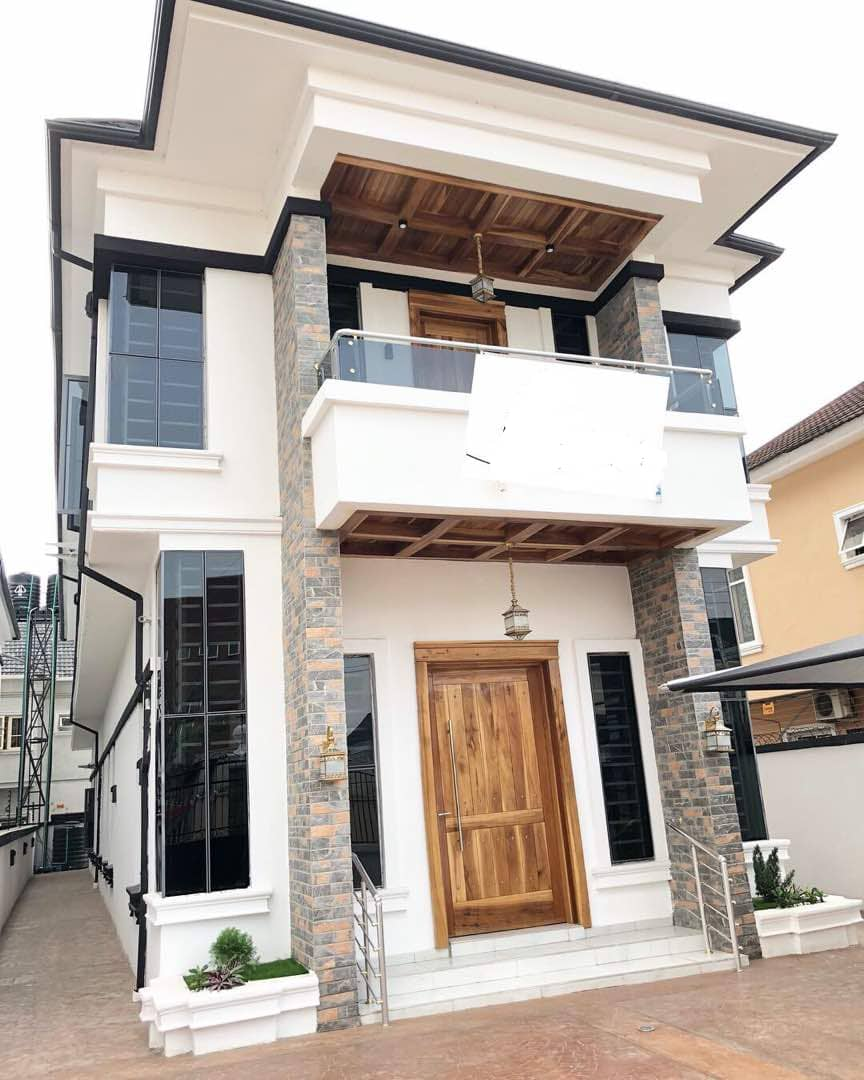 Luxury and newly finished 5 Bedroom full detached duplex with a room BQ and in Lekki Osapa London Lekki Lagos.  Title: Governors Consent Price: N150,000,000  FACILITIES   - CCTV - Very massive living room  - Washing Machine - Very Large Compound can take 5 Cars