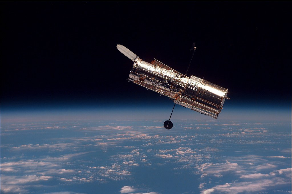 #HubbleClassic Astronauts captured this photo of Hubble at the end of its 2nd servicing mission, after equipping it with 2 new instruments: the Space Telescope Imaging Spectrograph (STIS) and the Near Infrared Camera and Multi-Object Spectrometer (NICMOS).  https://t.co/Tik67TheU0