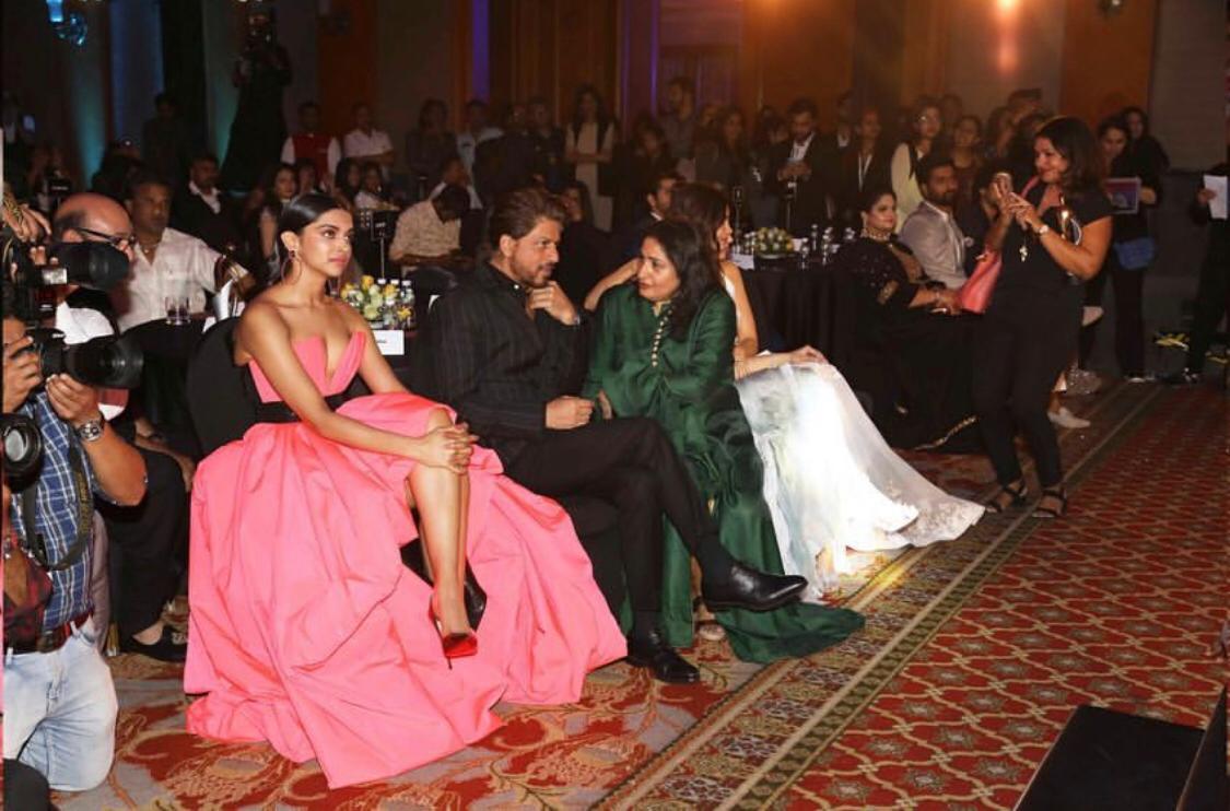 SRK with Anuradha Choudhary from #FilmfareGlamourAndStyleAwards    https://www. instagram.com/p/BuDtiegAN7z/ ?utm_source=ig_share_sheet&amp;igshid=1n7dknlolubq &nbsp; … <br>http://pic.twitter.com/DLhyPNji5j
