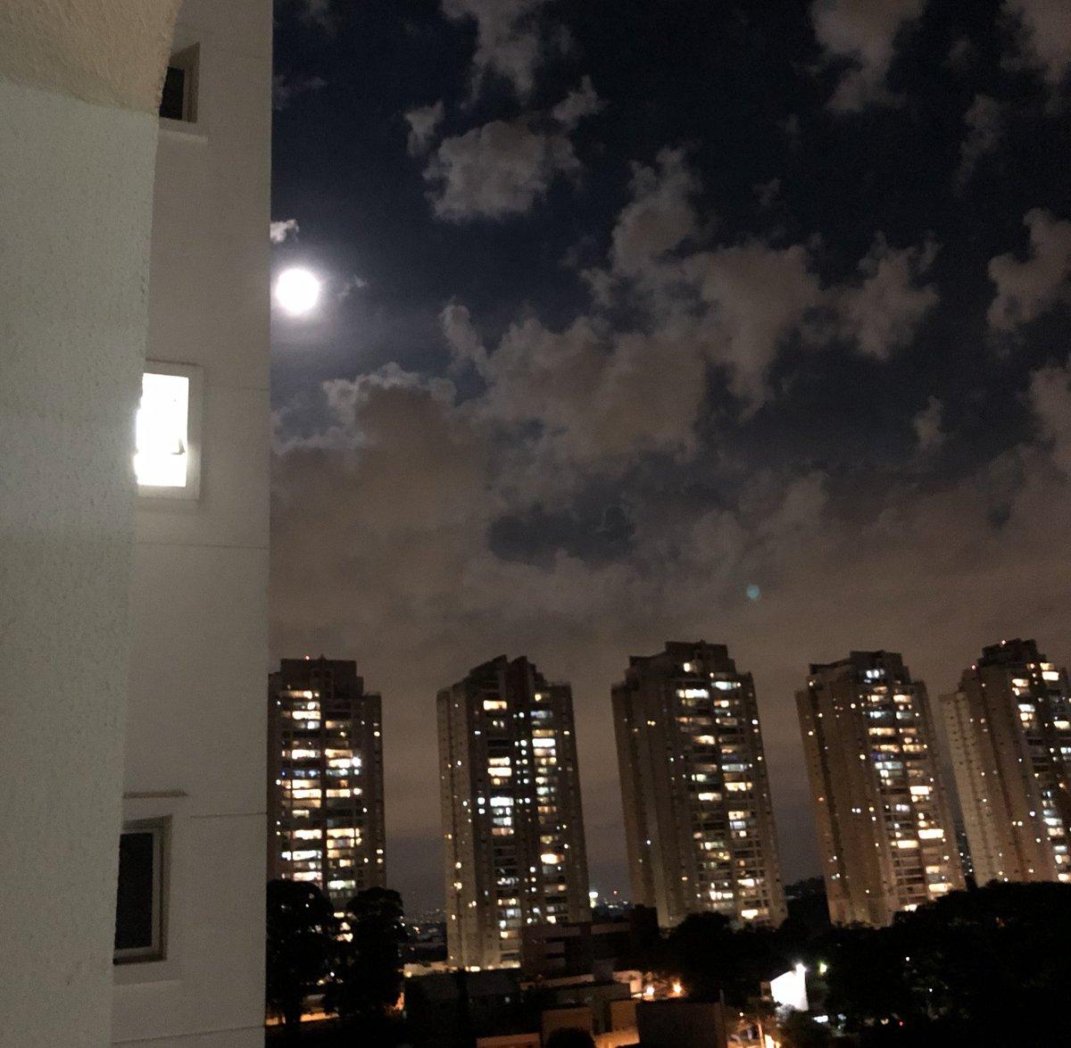 Eu sei que foto da lua é uma bosta, mas ela tá demais hoje. Um holofote no céu.